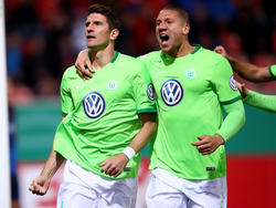 Mario Gomez (l.) möchte eventuell über 2017 hinaus beim VfL Wolfsburg bleiben