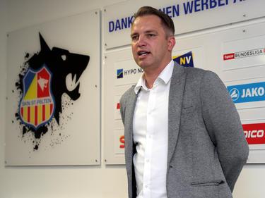 SKN-Generalmanager Andreas Blumauer verkündet die Frohbotschaft