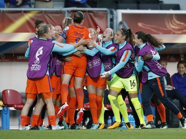 Feest bij de OranjeLeeuwinnen na het openingsdoelpunt van Sherida Spitse! (24-07-2017)