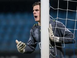 NAC Breda-doelman Jorn Brondeel zet tijdens het duel met Jong PSV het muurtje neer. (20-02-2017