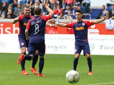 Die Regensburger Spieler bejubeln den Ausgleich gegen Spitzenreiter Duisburg