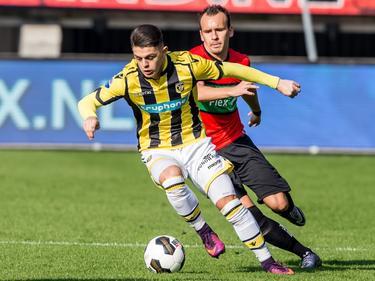 Vitesse-aanvaller Milot Rashica snelt weg van zijn directe tegenstander van NEC: André Fomitschow. (23-10-2016)