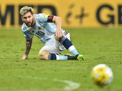 Lionel Messi blickt dem Ball beim WM-Quali Duell Argentiniens gegen Brasilien hinterher. (10.11.2016)