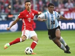 Bayerns Thiago (l.) wurde mit Diego Maradona verglichen