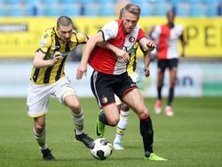 Arnold Kruiswijk (l.) strijd om de bal met Nicolai Jørgensen tijdens Vitesse - Feyenoord. (23-04-2017)