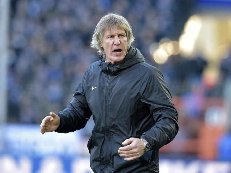 Gertjan Verbeek is druk bezig met het aanmoedigen van zijn spelers bij VfL Bochum. (04-12-2016)