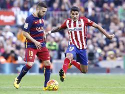 Jordi Alba aan de bal in het duel met Atletico Madrid