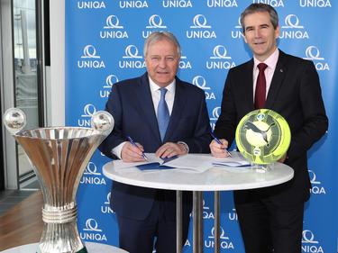 ÖFB-Boss Leo Windtner bei der Vertragsunterzeichnung