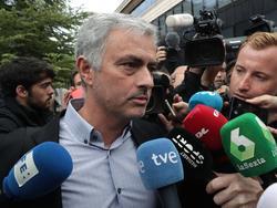 José Mourinho es abordado por los medios a su llegada. (Foto: Imago)