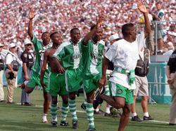 Die nigerianische Olympiamannschaft feiert nach Abpfiff den Sieg über Argentinien