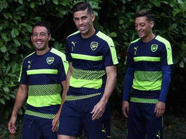 De izquierda a derecha: Cazorla, Gabriel Paulista y Ozil, del Arsenal. (Foto: Getty)