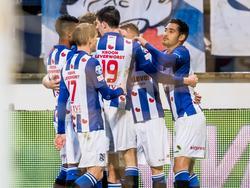 De spelers van sc Heerenveen vieren de 1-0 van Sam Larsson vlak voor rust. De Zweed schuift tegen Willem II de openingstreffer binnen. (21-04-2017)