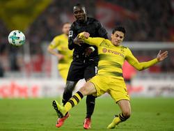 Akolo (l.) verletzte sich beim Heimspiel gegen Borussia Dortmund