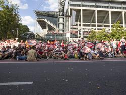 Mit Transparenten ausgestattet blockierten die Fans die Stadionzufahrt