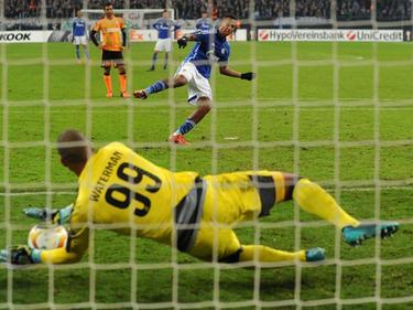 Boy Waterman (l.) keert in de Europa League-groepswedstrijd tussen Schalke 04 en APOEL Nicosia een penalty van Dennis Aogo. (26-11-2015)