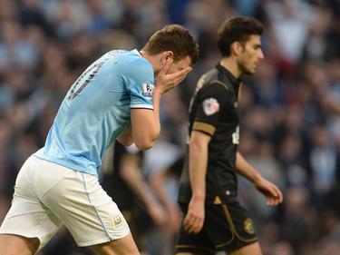 Edin Džeko (l.) baalt van een grote misser en voelt de bui al hangen. Voetbal.com Foto van de Week. (9-3-2014)