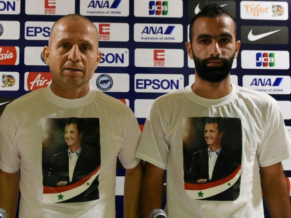 Fajr Ibrahim (l.) und Osama Omari huldigen Assad