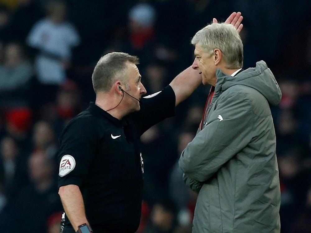 Schiedsrichter Moss (l.) schickt Arsène Wenger auf die Tribüne