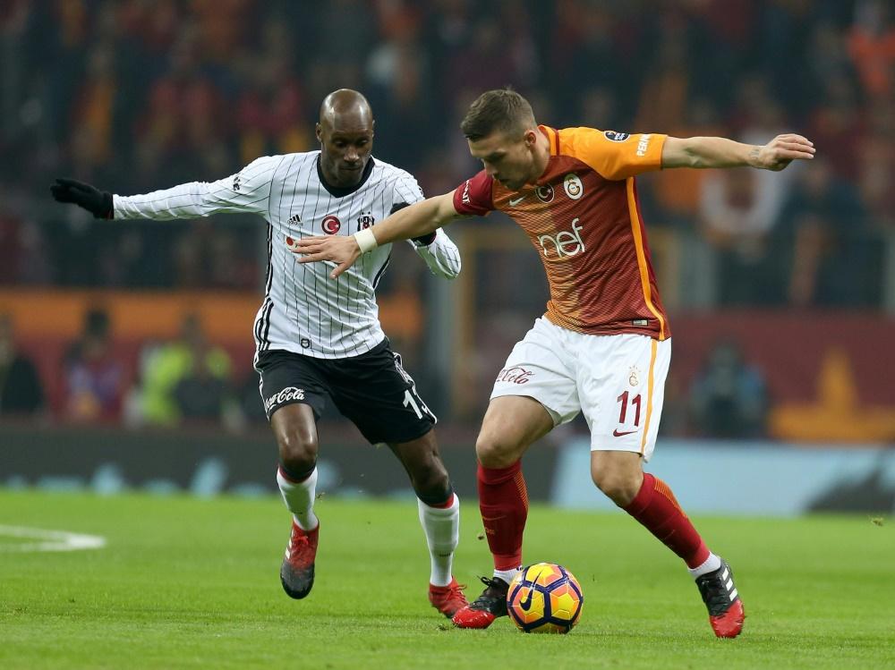 Podolski (r.) verlor mit Galatasaray das Derby