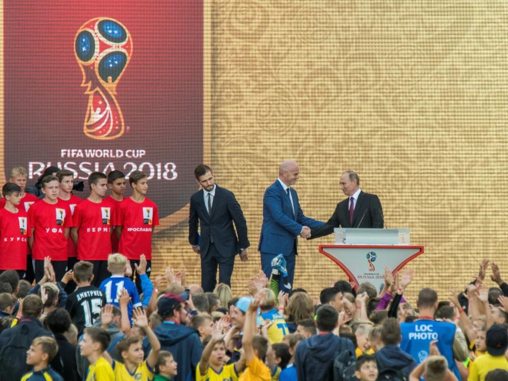 Wladimir Putin begrüßt FIFA-Präsident Gianni Infantino