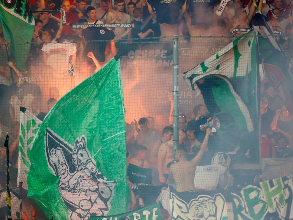 Gleich fünfmal haben die Hannover-Fans mit Pyro-Technik gezündelt