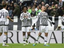 Hernanes (r.) feiert sein Tor und führt Juve zum Sieg