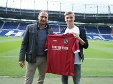 Elias Huth (r.) ist ab sofort Profi bei Hannover 96