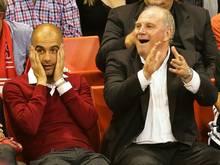 Pep Guardiola (l.) begrüßt das Comeback von Uli Hoeneß bei Bayern