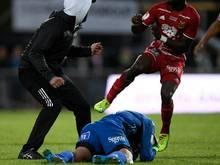 Aly Keita wird von einem Hooligan attackiert