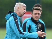 Arsène Wenger (l.) und Nationalspieler Mesut Özil