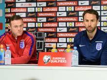 Gareth Southgate (r.) stellt klar: Wayne Rooney (l.) bleibt Kapitän