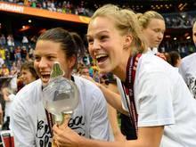 Leonie Maier (r.) bleibt bis 2018 bei Bayern München