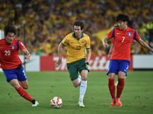 Robbie Kruse (m.) fehlt den Socceroos vorerst