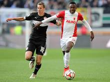 Chelsea soll an Augsburgs Abdul Rahman Baba (r.) interessiert sein