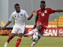 Zweikampf zwischen Cedrick Makiadi (l) und Viera Ellong