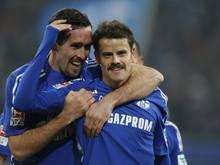 Christian Fuchs (l.) und Tranquillo Barnetta verlassen die Königsblauen