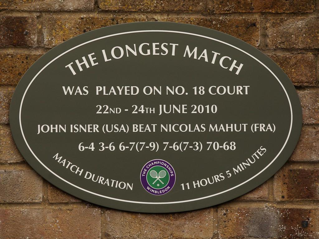 Eine Tafel erinnert an das längste Tennis-Match der Geschichte