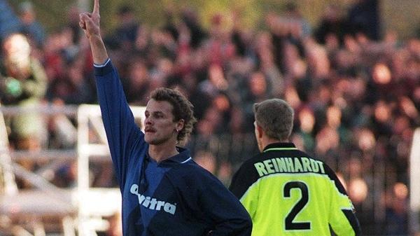 Rudi Thömmes feiert seinen Treffer gegen den BVB