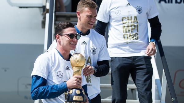 DFB-Kapitän Julian Draxler präsentiert den Confed Cup