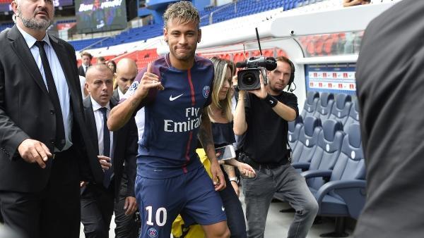Neymar wechselte für 222 Millionen Euro zu PSG