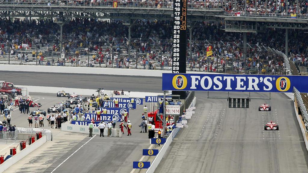 Die Szene des Rennens: 14 Autos kehren an die Box zurück