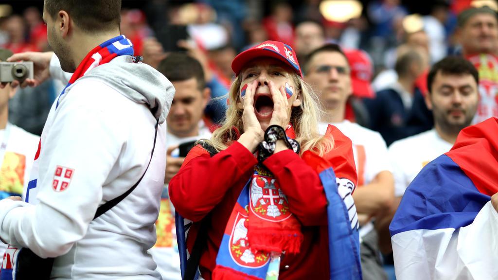 Die serbischen Fans bringen sich in Stimmung
